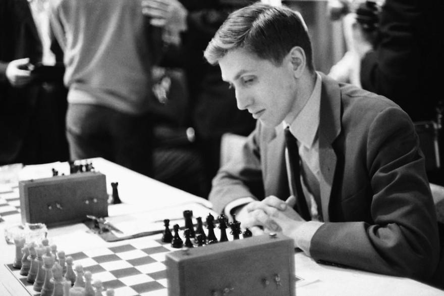 Bobby Fischer jouant aux échecs